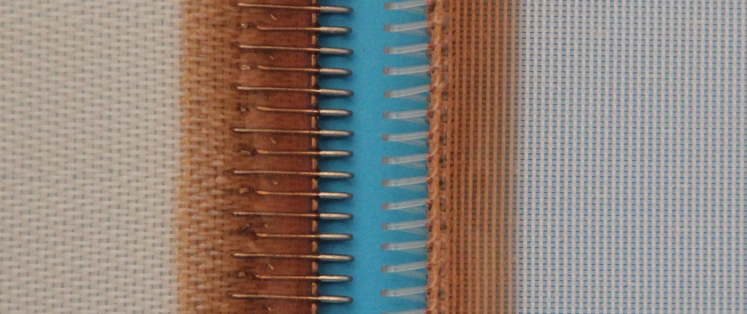Synthetic woven belt provided with a special seam (clipper) finish of plastic or metal
